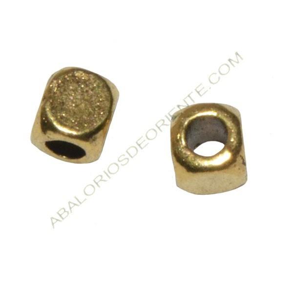 Entrepieza de Zamak cubo 4 x 4 mm dorada
