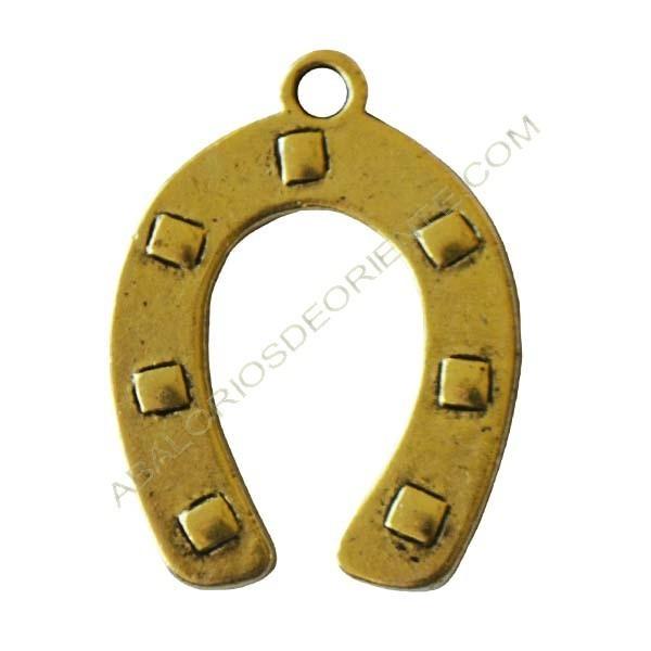 Colgante de metal herradura dorado