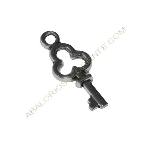 Colgante llave pequeña de Zamak plateada 11 x 6 x 1,5 mm.