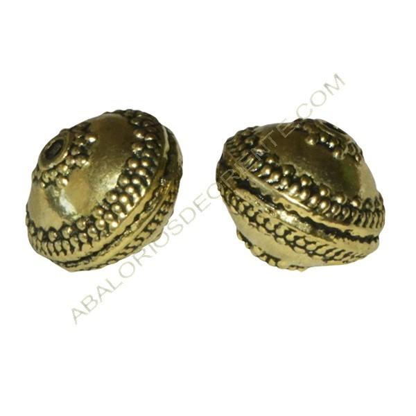 Entrepieza de Zamak bola achatada dorada con relieves 14 x 17 x 17 mm.