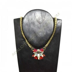 Collar de cadena dorada con flor roja