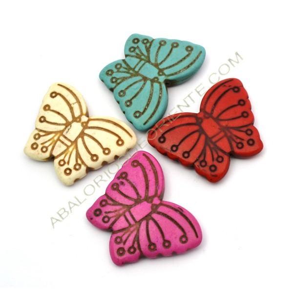 Mariposa en colores variados de turquesa sintética de 29 x 39 mm