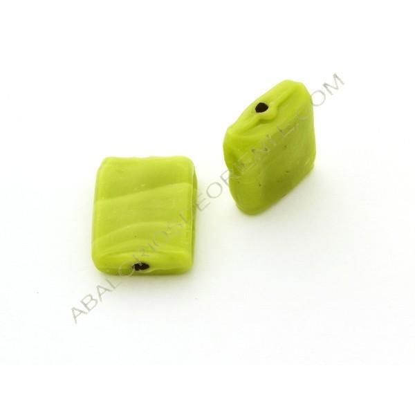 Cuenta de cristal de Murano rectangular plana opaca verde.