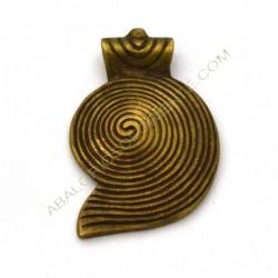 Colgante de bronce espiral caracola. 48 x 31 x 6 mm