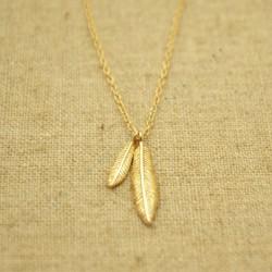Cadena de plata 925 chapada en oro con dos plumas