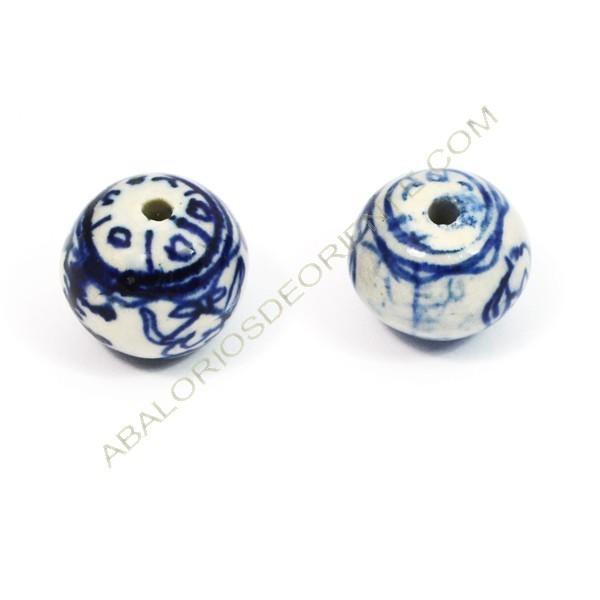 Bola de cerámica blanca y azul pintada