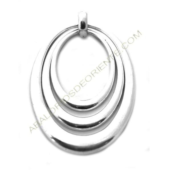 Colgante de metal plateado tres aros ovalados