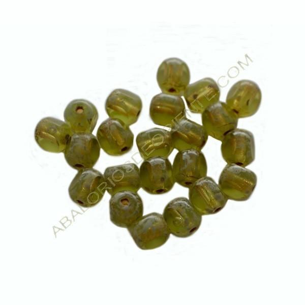Cuenta de cristal de Bohemia bola cortada tres caras verde de 7 mm