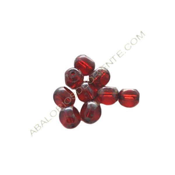 Cuenta de cristal de Bohemia bola cortada tres caras roja de 8 mm