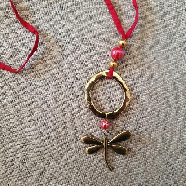 3d2766eaeac9 Collar seda habotai roja con libélula - Collares de bisutería ...